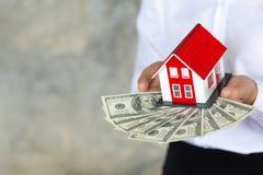 投资者举行房子和金钱、物产投资和房子抵押财政概念 库存图片