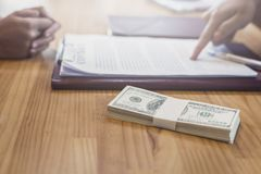 投资者从保险业务机智的投资者得到金钱 免版税图库摄影
