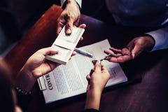 投资者从保险业务的投资者得到金钱 库存照片