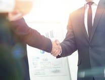 投资者在财政prese以后与报告人握手 免版税库存图片