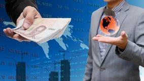 投资者从世界市场得到金钱 免版税图库摄影