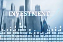 投资, ROI,金融市场概念 背景城市晚上街道 免版税库存图片