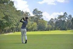 投高尔夫球的高尔夫球运动员 免版税图库摄影