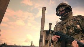 抗性白种人狙击手走与在军服,巨大信心例证的自动炮,保卫 股票录像