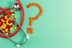 抗生素听诊器和问号 免版税库存图片