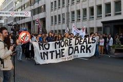 抗议反对贸易协定TTIP和采塔在2016年9月20日的布鲁塞尔在布鲁塞尔 免版税库存照片
