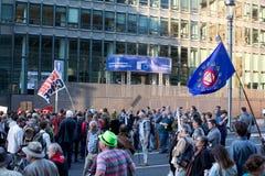 抗议反对贸易协定TTIP和采塔在2016年9月20日的布鲁塞尔在布鲁塞尔 库存图片