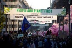 抗议反对贸易协定TTIP和采塔在2016年9月20日的布鲁塞尔在布鲁塞尔 图库摄影