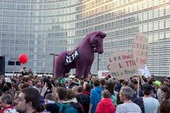 抗议反对贸易协定TTIP和采塔在2016年9月20日的布鲁塞尔在布鲁塞尔 库存照片