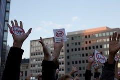 抗议反对贸易协定TTIP和采塔在2016年9月20日的布鲁塞尔在布鲁塞尔 免版税库存图片