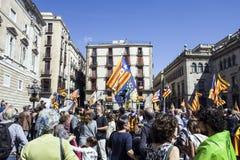 抗议召集自由和独立讲话的西班牙卡塔龙尼亚巴塞罗那讲台 免版税图库摄影