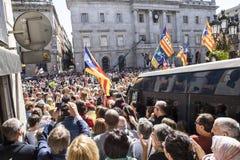 抗议召集自由和独立领导发表演讲关于在人西班牙卡塔龙尼亚巴塞罗那人群的讲台  免版税图库摄影