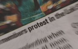 抗议在报纸的新闻标题 免版税库存照片