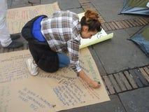 抗议的少妇在波哥大,哥伦比亚 免版税库存照片