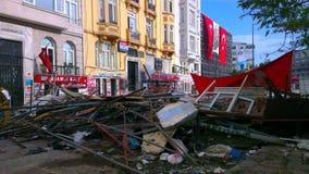 抗议者与在途中的土耳其暴乱警察发生冲突到塔克西姆广场在伊斯坦布尔 免版税库存图片