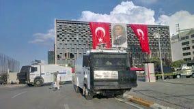 抗议者与在途中的土耳其暴乱警察发生冲突到塔克西姆广场在伊斯坦布尔 免版税库存照片