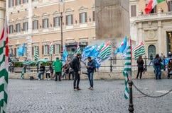 抗议者人被会集触击与在意大利政府前面的旗子在罗马 免版税库存照片