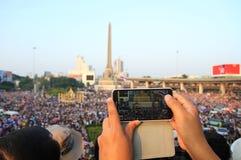抗议者使用一个智能手机夺取一种反政府腐败抗议 免版税库存照片