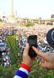 抗议者使用一个智能手机夺取一种反政府腐败抗议 图库摄影