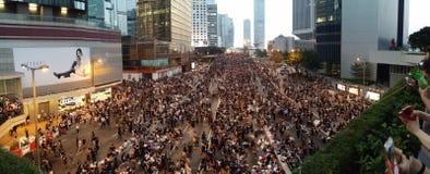 抗议者在中区政府合署2014年香港抗议伞革命附近的哈考特路占领中央 库存照片