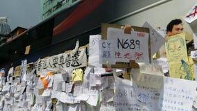 抗议者在公共汽车的岗位消息在纳丹路占领旺角2014年香港抗议革命占领中央的伞 免版税库存图片