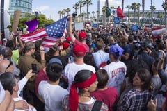 抗议者平安地对峙在王牌集会 免版税图库摄影