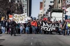 抗议者第一条线的看法走在街道的  免版税库存照片