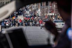 抗议者第一条线的看法走在街道Thro的  库存图片