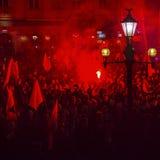 抗议者行军通过城市的中心 免版税库存图片