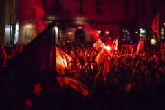 抗议者行军通过城市的中心 免版税库存照片