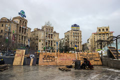 抗议者被在Maidan的火加热在基辅 免版税库存图片
