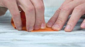 折叠从橙色纸的手origami 股票录像