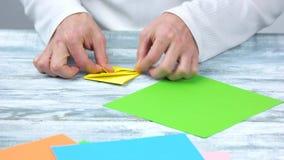 折叠从纸的手春天花 影视素材