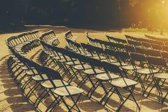 折叠椅Raws在公园 库存图片