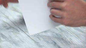 折叠白皮书板料的男性手 股票录像