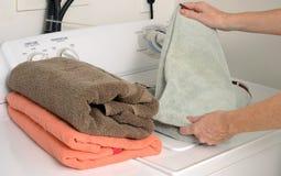 折叠的清洁毛巾和洗衣店 免版税库存照片