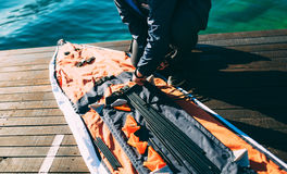 折叠的皮船 装配在K海湾的岸的皮船  免版税库存照片