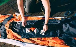 折叠的皮船 装配在K海湾的岸的皮船  库存照片