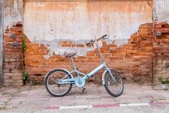 折叠的自行车和墙壁 免版税库存照片