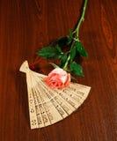折叠的被雕刻的檀香木爱好者和桃红色白上升了 免版税库存照片