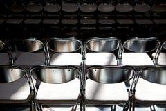 折叠的金属椅子行  免版税图库摄影