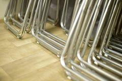 折叠的金属椅子连续被堆积的由管制成 库存照片