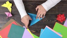 折叠纸起重机,快动作的手 影视素材