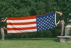 折叠美国国旗的别动队员 图库摄影