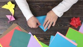 折叠蓝纸的男性手 影视素材
