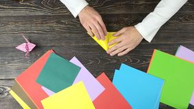 折叠黄色纸板料的男性手 股票录像