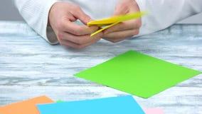 折叠黄色origami郁金香的手 影视素材