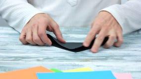 折叠黑纸板料的手 股票视频