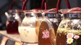 折磨焦点被射击装饰玻璃茶壶,清凉茶品种在节日的 影视素材