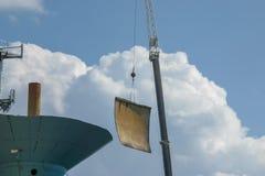 折除一个老水塔在火炬和一台大起重机的一美好的夏天` s天 这个水塔位于安Ar 库存照片
